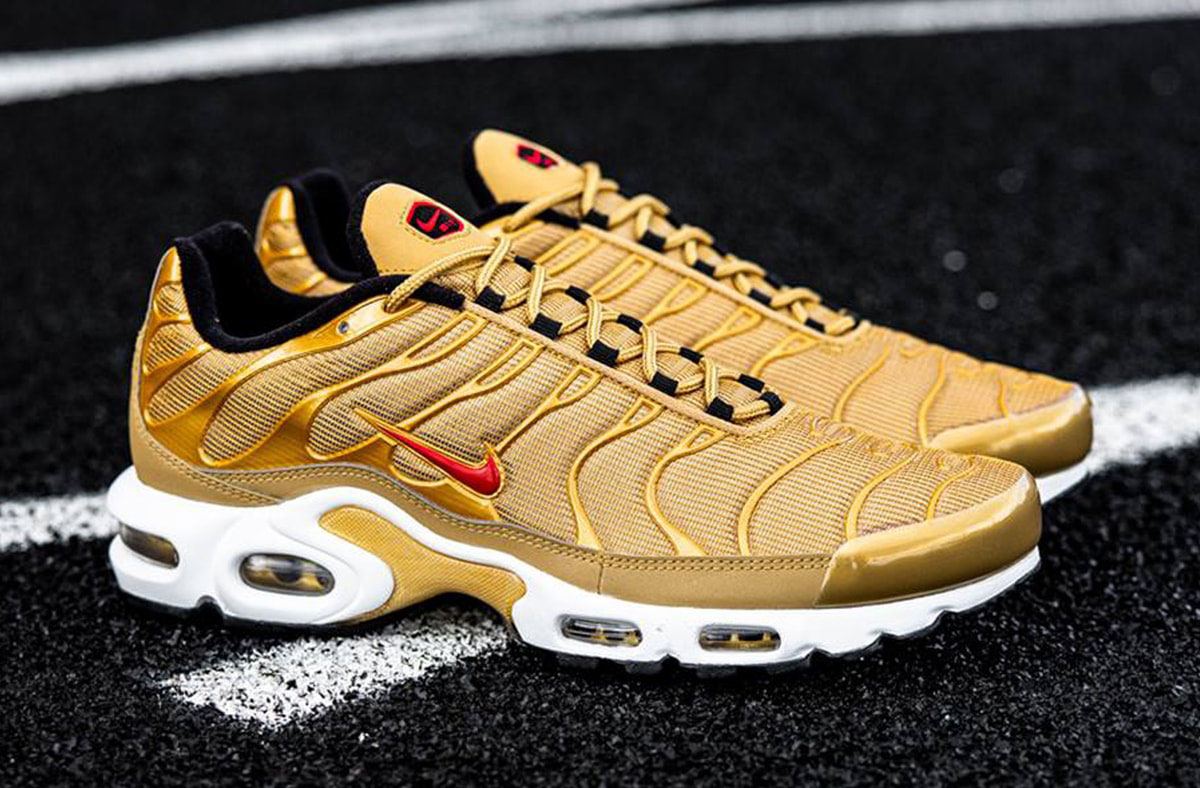 nike-air-max-plus-gold-bullet-clothing-match
