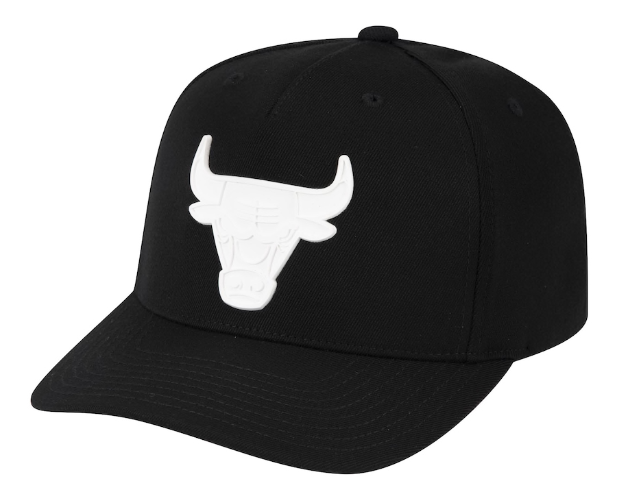 chicago-bulls-black-white-casper-snapback-hat-mitchell-ness-1