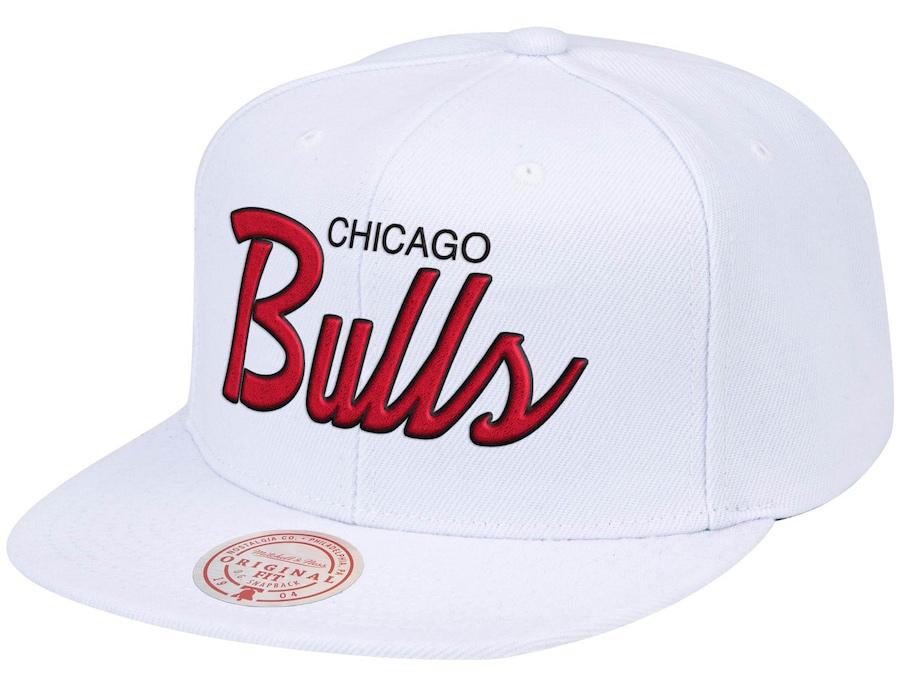 chicago-bulls-hardwood-classics-script-snapback-hat-mitchell-ness-white-red-1